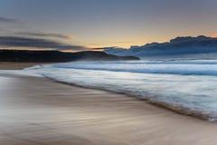 Seascape do nascer do sol com praia e promontório fotos de stock