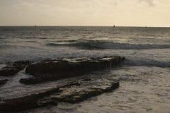 Seascape Dois iate estão navegando no mar Será gloaming logo imagem de stock