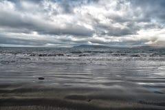 Seascape dramático com a montanha na costa do fundo em reykjavik, Islândia beira-mar e skyline no céu nebuloso wanderlust imagens de stock
