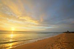 Seascape e cloudscape no alvorecer imagens de stock royalty free