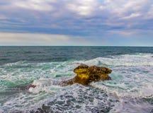 Seascape e uma rocha Imagens de Stock Royalty Free