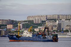 Seascape em Kola Strait que negligencia os navios e a cidade fotografia de stock