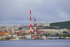Seascape em Kola Strait que negligencia os navios e a cidade imagem de stock