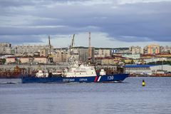 Seascape em Kola Strait que negligencia os navios e a cidade fotos de stock