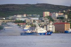 Seascape em Kola Strait que negligencia os navios e a cidade imagens de stock royalty free