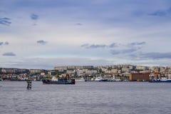 Seascape em Kola Strait que negligencia os navios e a cidade foto de stock royalty free
