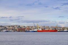 Seascape em Kola Strait que negligencia os navios e a cidade fotografia de stock royalty free