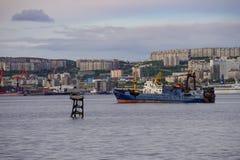 Seascape em Kola Strait que negligencia os navios e a cidade fotos de stock royalty free