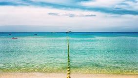 Seascape em um dia ensolarado com a cerca que desaparece nas embarcações da distância e do mar no horizonte imagens de stock
