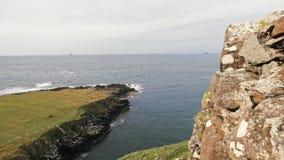 Seascape escocês da rocha, ilha de Skye, Escócia, Reino Unido video estoque