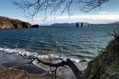 Seascape för Kamchatka halvö: Tre bröder vaggar i den Avacha fjärden Arkivbild