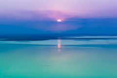 Seascape fantástico com fundo fresco do por do sol com reflexão o fotografia de stock royalty free