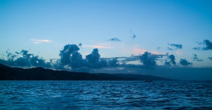 Seascape fjärd som flödar över till den blåa himlen Arkivbild