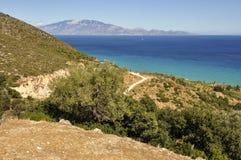 Seascape från berget på kustlinje- och blåtthavet royaltyfria foton