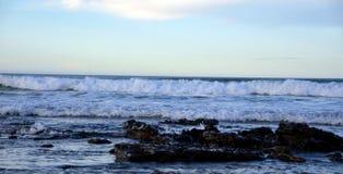 Seascape från stranden Lanzarote Caleta de Famara Kanariefågelö spain fotografering för bildbyråer