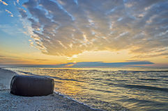 Seascape gummihjulet av bilen på bakgrunden av havet, Royaltyfri Fotografi