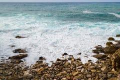 seascape havsskum och stenig kust adriatic hav Arkivfoto