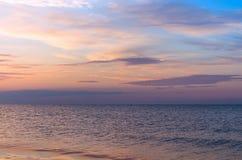 Seascape, horizonte de mar com por do sol das nuvens imagem de stock royalty free