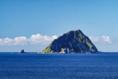 Seascape Keelung - διάσημο νησάκι Keelung με τον μπλε φωτεινό ουρανό πρωινού, πυροβολισμός από το πάρκο νησιών Heping στην περιοχ Στοκ εικόνα με δικαίωμα ελεύθερης χρήσης