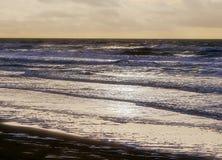 Seascape kipiel teren †‹â€ ‹plaża w tylnym świetle tuż przed półmrokiem zaczyna fotografia stock