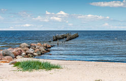 Seascape litoral com o cais quebrado velho Foto de Stock Royalty Free