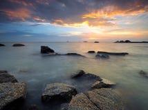 Seascape longo da exposição durante o por do sol Imagens de Stock Royalty Free