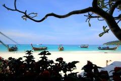 Seascape med bakgrund för sand och för blå himmel Arkivbilder