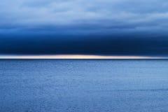 Seascape med bildande för nimbostratusmoln över det baltiska havet Fotografering för Bildbyråer