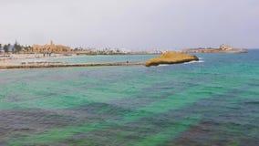 Seascape med blålinjen i vatten och fästning i den Monastir staden på horisont lager videofilmer