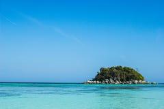 Seascape med den lilla ön, Thailand Royaltyfria Bilder