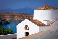 Seascape med den ortodoxa kyrkan på förgrunden i Grekland Royaltyfri Bild