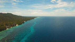Seascape med den tropiska ön, strand, semesterort, hotell Bohol Anda område, Filippinerna Arkivfoton