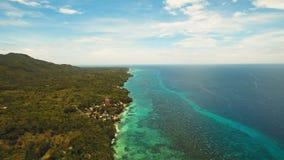Seascape med den tropiska ön, strand, semesterort, hotell Bohol Anda område, Filippinerna Royaltyfria Foton