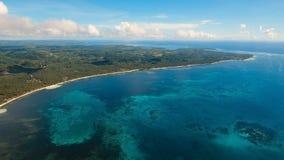 Seascape med den tropiska ön, strand, vaggar och vinkar Siargao Filippinerna Arkivbilder