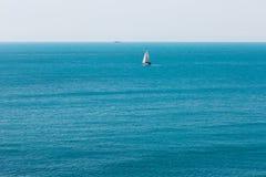 Seascape med den vita segelbåten royaltyfri foto