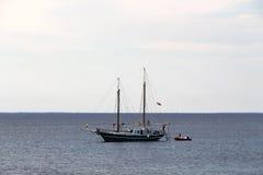 Seascape med en klassiskt segelbåt och anbud royaltyfria bilder
