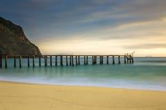 Seascape med en pir, silkeslent turkosvatten på stranden för Ky Co royaltyfria foton