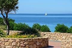 Seascape med en vit segelbåt Fotografering för Bildbyråer