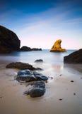 Seascape med ett upplyst vaggar Royaltyfria Bilder