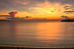Seascape med flyg- sikt av den Nha Trang stranden, fjärden och öar på färgrik gryning arkivfoton