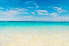 Seascape med genomskinligt vatten på horison för blå himmel Havsstrand i den stora stigbygelcayen, Bahamas på solig dag Sommar royaltyfri foto