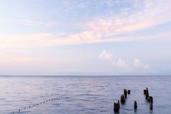 Seascape med härliga vit-rosa färger fördunklar på gryningen Royaltyfria Bilder