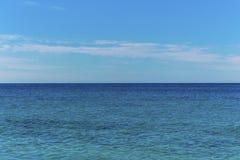 Seascape med havshorisonten och molnig himmel - bakgrund royaltyfria foton