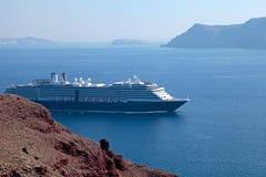 Seascape med kryssningskepp, Santorini, Grekland royaltyfri foto