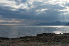 Seascape med sikter av bergen och havet i Megan Bay royaltyfri foto