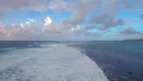 Seascape med skummande vågor av den blåa Indiska oceanen, flyg- sikt stock video