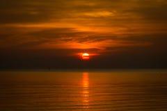 Seascape med solnedgång in i havet Fotografering för Bildbyråer
