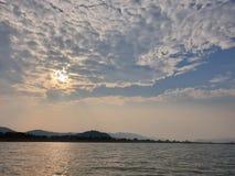 Seascape med solnedg?ng arkivbilder