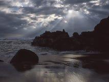 Seascape med solstrålar Royaltyfri Bild