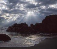 Seascape med solstrålar Arkivbild